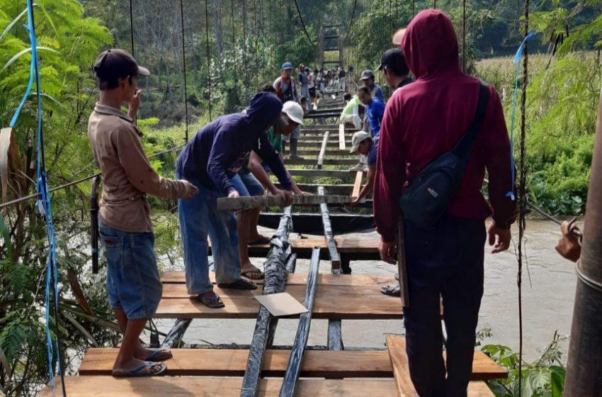 Warga Desa Ruos OKUS Gotong Royong Perbaiki Jembatan Gantung