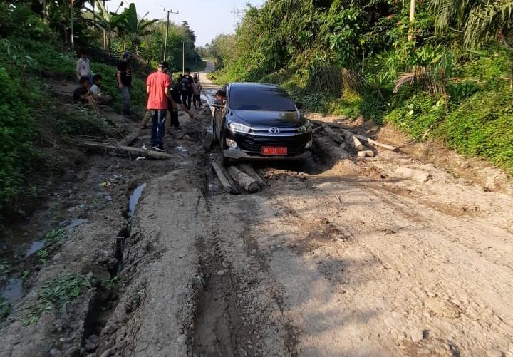 Coklit Ke Daerah Perbatasan, Petugas lentasi Medan Berlumpur