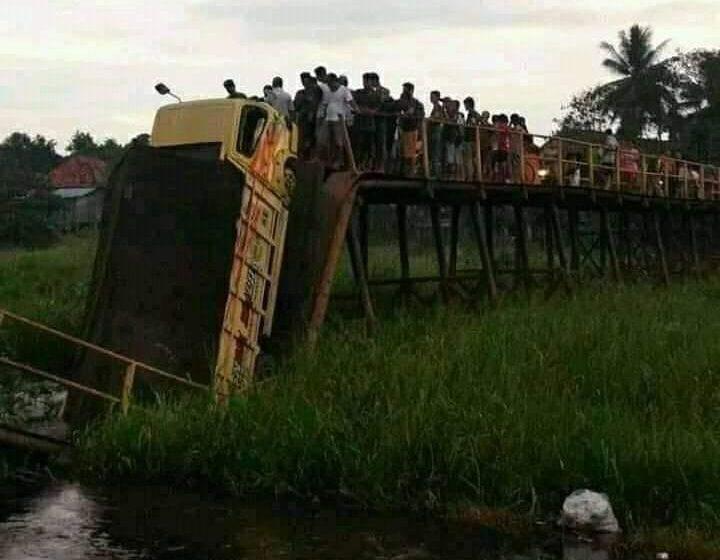 Jembatan Ambruk, Truk Jambu Terjungkal