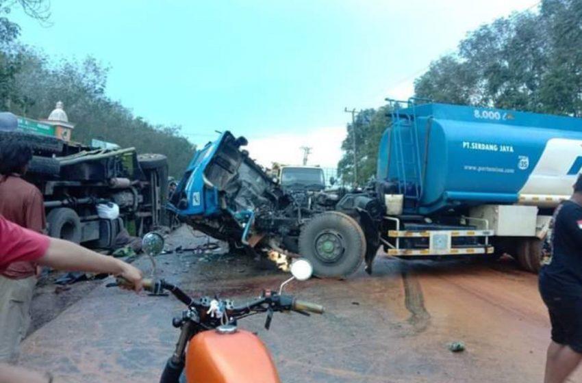 Diduga Jalan Licin, Truck BBM Tabrak Truck Fuso
