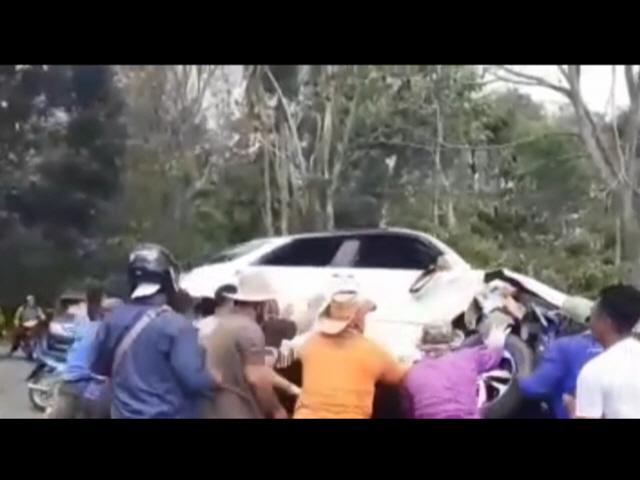 Mobil Pencuri Kambing Dihancurkan  Warga