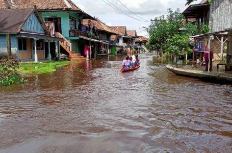Sungai Meluap Jalan Penghubung Desa Karang Dapo dan Mandi Angin Lumpuh Total