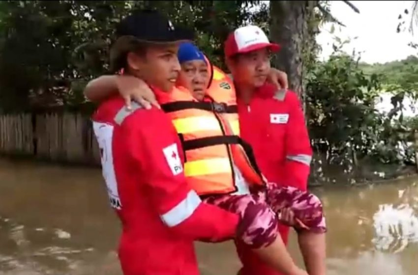 Tim PMI Evakuasi Lansia Terjebak Kepungan Banjir