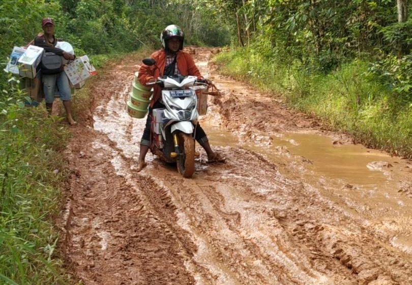 Jalan Penghubung Desa Lubuk Lancang  Suak Tapeh Berlumpur