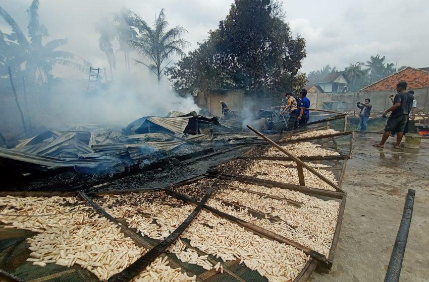 Diduga Lalai, Pabrik Kerupuk di Palembang Hangus Terbakar
