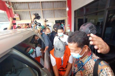 Wakil Bupati Ogan Komering Ulu (OKU) terpilih periode 2020-2025, Johan Anuar, sekaligus terdakwa kasus korupsi lahan kuburan keluar dari Rumah Tahanan Negara Klas I Palembang untuk mengikuti proses pelantikan kepala daerah di Griya Agung