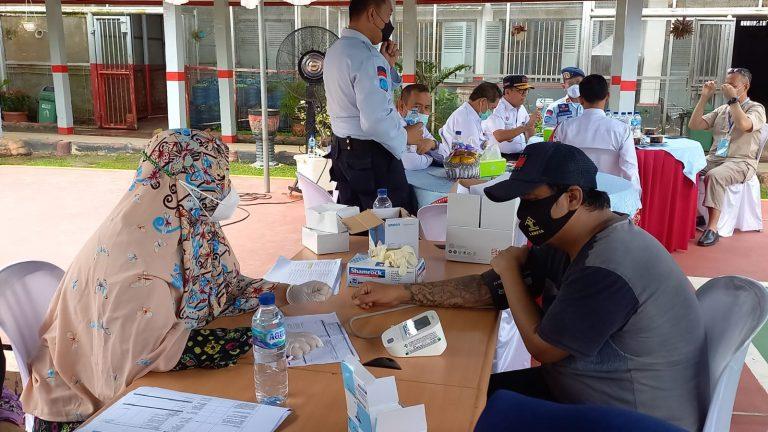 Warga Binaan Berbadan Besar dan Bertatto Ketakutan Disuntik Vaksin