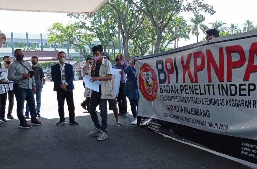 Diduga Salah Gunakan Jabatan, Kepala Kesbangpol Sumsel di Demo